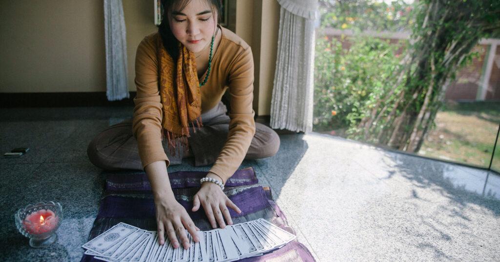 ภัทรารัตน์ สุวรรณวัฒนา: Wounded Healer แม่หมอดูใจที่ใช้ 'ไพ่' เป็นเครื่องมือเยียวยา